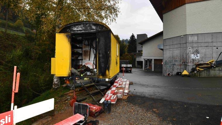 Der Baustellenwagen ist russgeschwärzt. (Bild: Kantonspolizei St. Gallen)