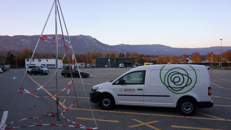 Parkplatz hinter dem Personalrestaurant derScintilla: Der Neubau ist bereits ausgesteckt. (Urs Byland)