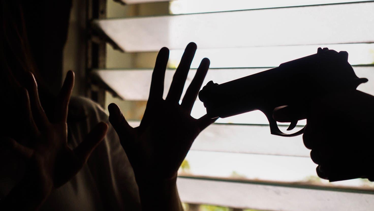 Es fielen mehrere Schüsse, Männer prügelten sich. Die Verhandlung am Dienstagmorgen platzte. (Symbolbild: Shutterstock)