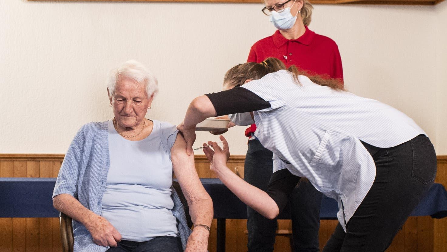 Ab Mitte November wird mit Booster-Impfungen gestartet. (Ennio Leanza / KEYSTONE)