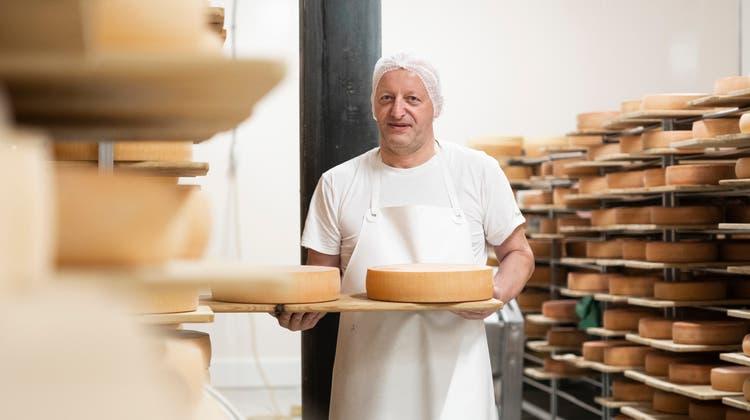 Paul Koller, BetriebsleiterderUrnäscher Milchspezialitäten AG, zeigt den Raclettekäse im Käsekeller. (Bild: Andri Vöhringer (Urnäsch, 26. Oktober))