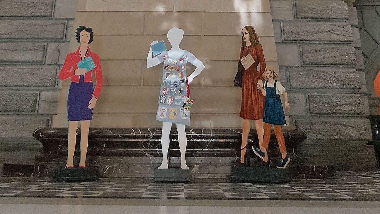 24 Tonnen Stein gegen wendige, weiche Frauensilhouetten. In der Ausstellung «Frauen im Bundeshaus» trifft Eidgenossin auf Eidgenosse. (Bild Heinke Torpus)