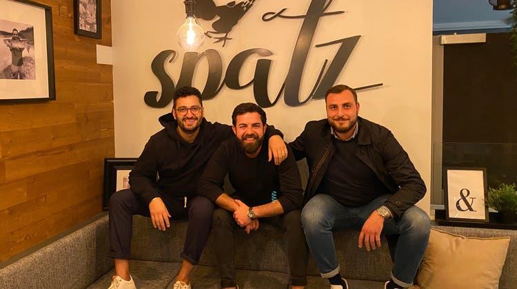 Gastronom Stefan Konutgan (Mitte) hat  das Café gemeinsam mit Matthias Pugar (links) und Yakup Bazo gepachtet. (Bild: zvg)