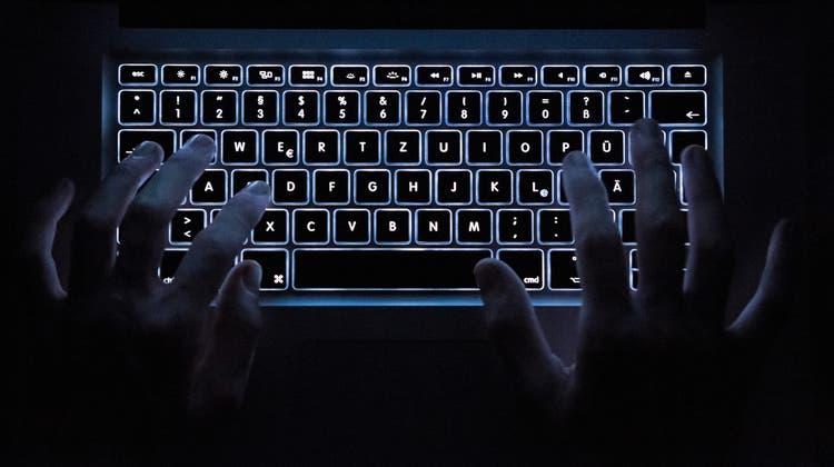 Auch in der Schweiz klickten die Handschellen: Zwei Personen wurden verhaftet. (Symbolbild) (Keystone)