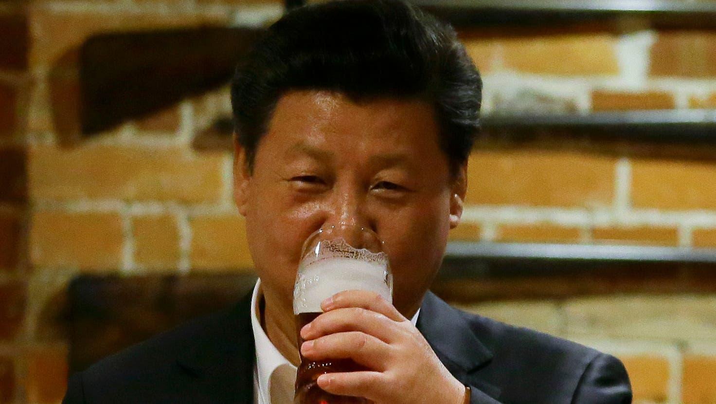 Staatspräsident Xi Jinping nimmt einen Schluck aus dem Bierglas - den Verband der Craft-Bier-Brauerim Land hat seine Regierung dagegen zur «illegalen NGO» erklärt. (AP/key)