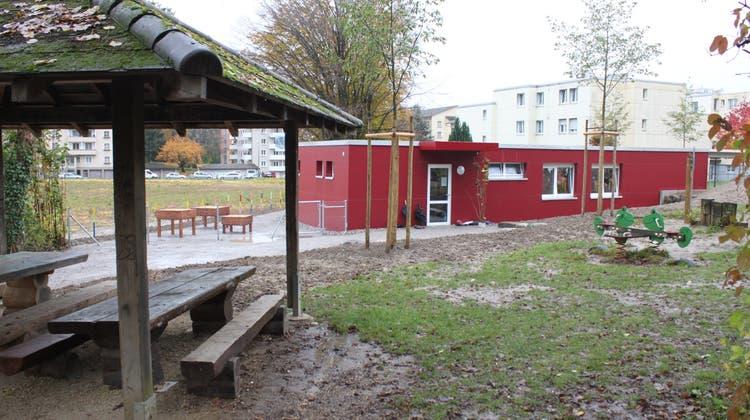 Schlechtes Omen? Sogar bei der Eröffnung des Kindergartens Lingeriz regnete es. Das Dach war seither nie dicht. (Andreas Toggweiler)