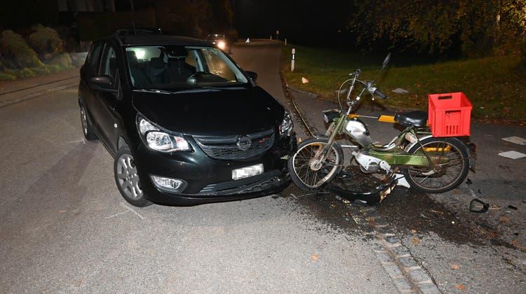 Nach dem Unfall musste der Mofafahrer ins Spital gebracht werden. (Bild: kapo)