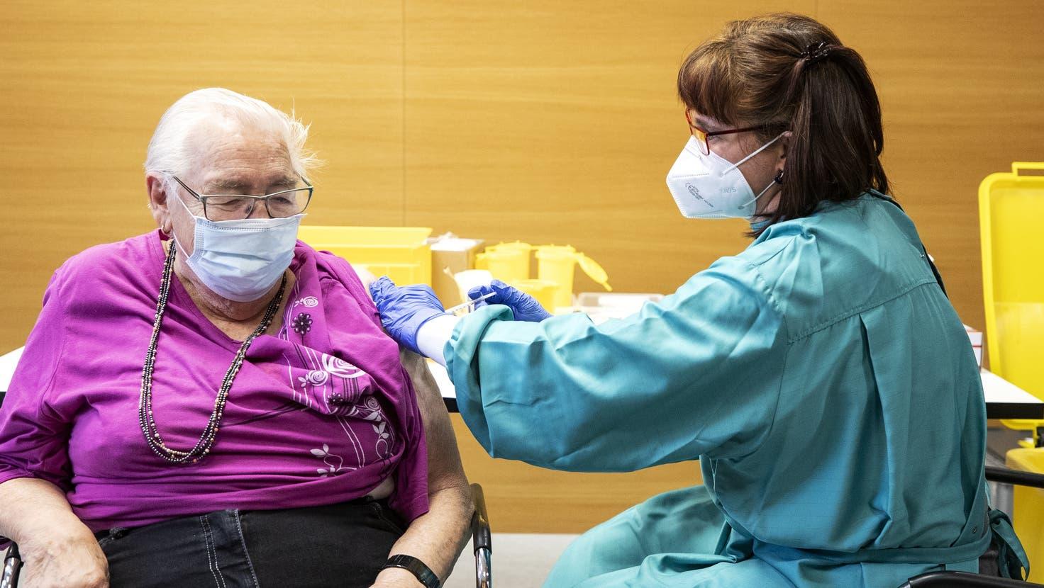 Am Mitte November können Seniorinnen und Senioren eine dritte Impfung erhalten. (Alexandra Wey / KEYSTONE)