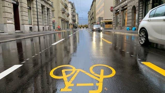 Je eine Spur für Busse (links), Velos (Mitte) und Autos (rechts): die Situation auf der Löwenstrasse. (Bild:mme)