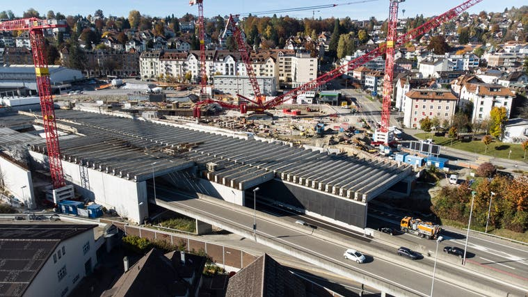 Der Olma-Deckel über der Stadtautobahn  ist fertig: 186 Spannbetonelemente wurden über dem Ostportal des Rosenbergtunnels montiert. (Bild: Ralph Ribi (27. Oktober 2021))