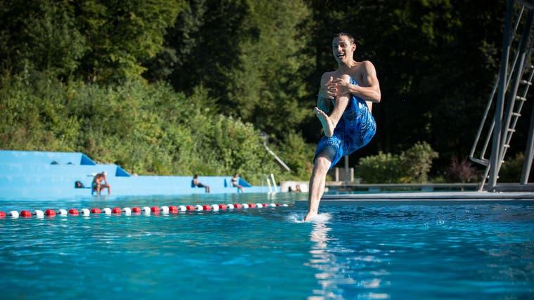 In diesem Jahr gab es wenige sonnige Tage: Das Schwimmbad Mittleres Wynental. (Archivbild) (Pascal Meier)