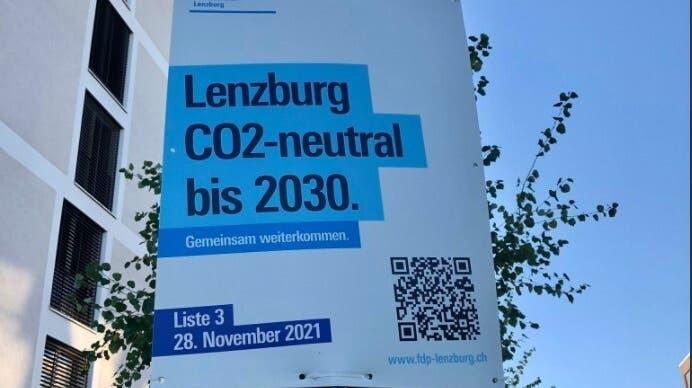 Die FDP Lenzburg fordert auf einem Wahlkampfplakat ein CO2-neutrales Lenzburg bis 2030. (Screenshot Twitter)