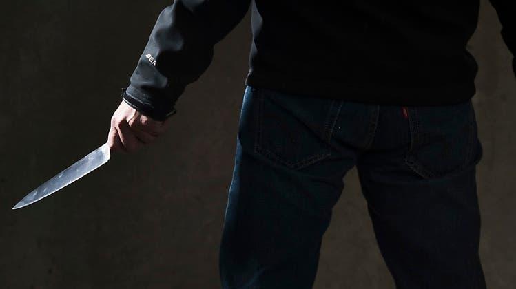 Mann greift Passantin mit Messer an