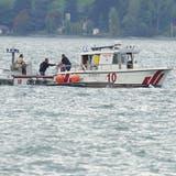 Die Rettungskräfte koordinieren den Einsatz. (Bild:Geri Holdener (Bote der Urschweiz))