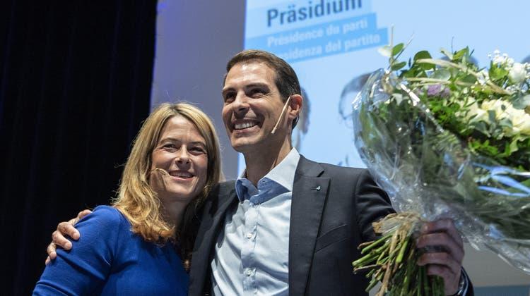Die ehemalige Parteipräsidentin Petra Gössi übergab am Samstag an der Delegiertenversammlung ihr Amt an Thierry Burkart. (Bild: Peter Schneider / Keystone)