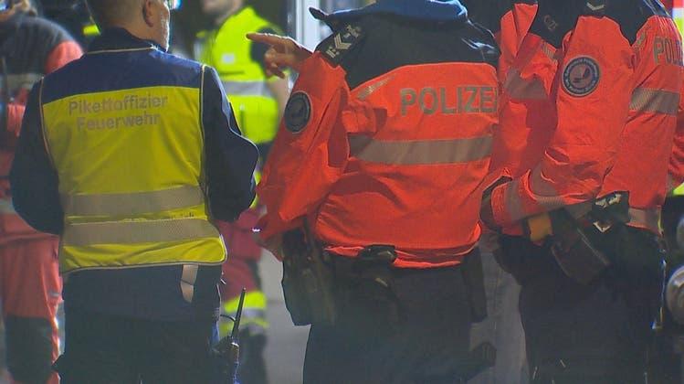 In Schlieren brannte in der Nacht auf Samstag ein Mehrfamilienhaus. Niemand wurde verletzt. (Symbolbild: BRKNews)