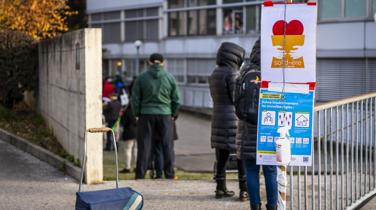 Infolgeder Pandemie dürfte die Anzahl armutsbetroffener Menschen noch weiter ansteigen, meint die Sozial- und Gesundheitskommission. In Lausanne standen während dem Lockdown Bedürftige für Lebensmittel an. (Jean-Christophe Bott/ Keystone)