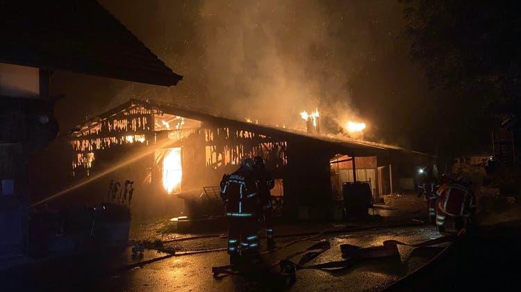 Trotz umfangreicher Löscharbeiten wurde der Stall vollständig zerstört. (Kapo BE)
