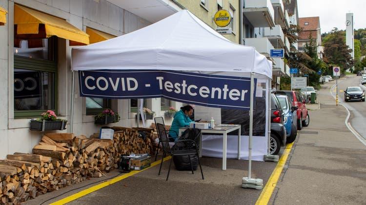 Das Restaurant Salmen betreibt zusammen mit der Rosenberg Apotheke aus Bassersdorf ein öffentliches Covid-Testcenter. (Carmen Frei / Limmattaler Zeitung)