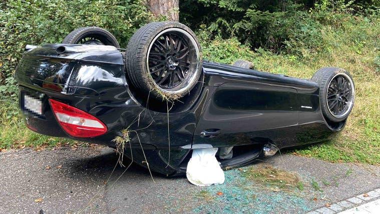 Der Wagen der 38-jährigen Lenkerin überschlug sich. Sie wurde leicht verletzt. (Kapo Aargau)