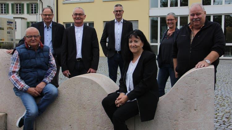 Sie waren bei der Präsentation der Umfrageergebnisse dabei (v. l.): Werner Rüegsegger (Habsburg), René Grütter (Birr), Stefan Hänni (Mülligen), Martin Hitz (AWB Comunova AG), Ursula Berger (Birrhard), Gemeindeschreiberin Fabienne Zinniker undRichard Plüss (Lupfig). (Claudia Meier (4. Oktober 2021))
