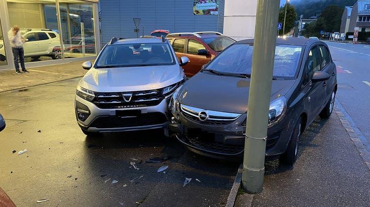 Der Unfallfahrer kollidierte mit parkierten Autos. (Polizei Basel-Landschaft)