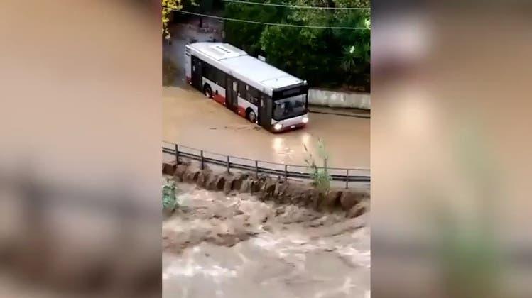 Strassen geflutet und Bus weggeschwemmt: Heftige Regenfälle treffen Ligurien