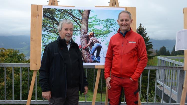 Jakob Gabathuler (links), ehemaliger Wartauer Revierförster, sowie Ernst Vetsch, aktueller Wartauer Revierförster, blickten auf die vergangenen Jahre zurück. Auf dem Bild in der Mitte ist Jakob Gabathuler im Jahr 1974 zu sehen. (Bild: Alexandra Gächter)