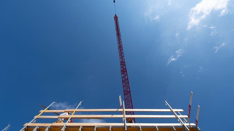 Der Lohnherbst ist da. Allmählich ziehen über den BaustellenWolkenauf, weil sich Baumeister und Gewerkschaften uneins sind. (Bild: Benjamin Manser)