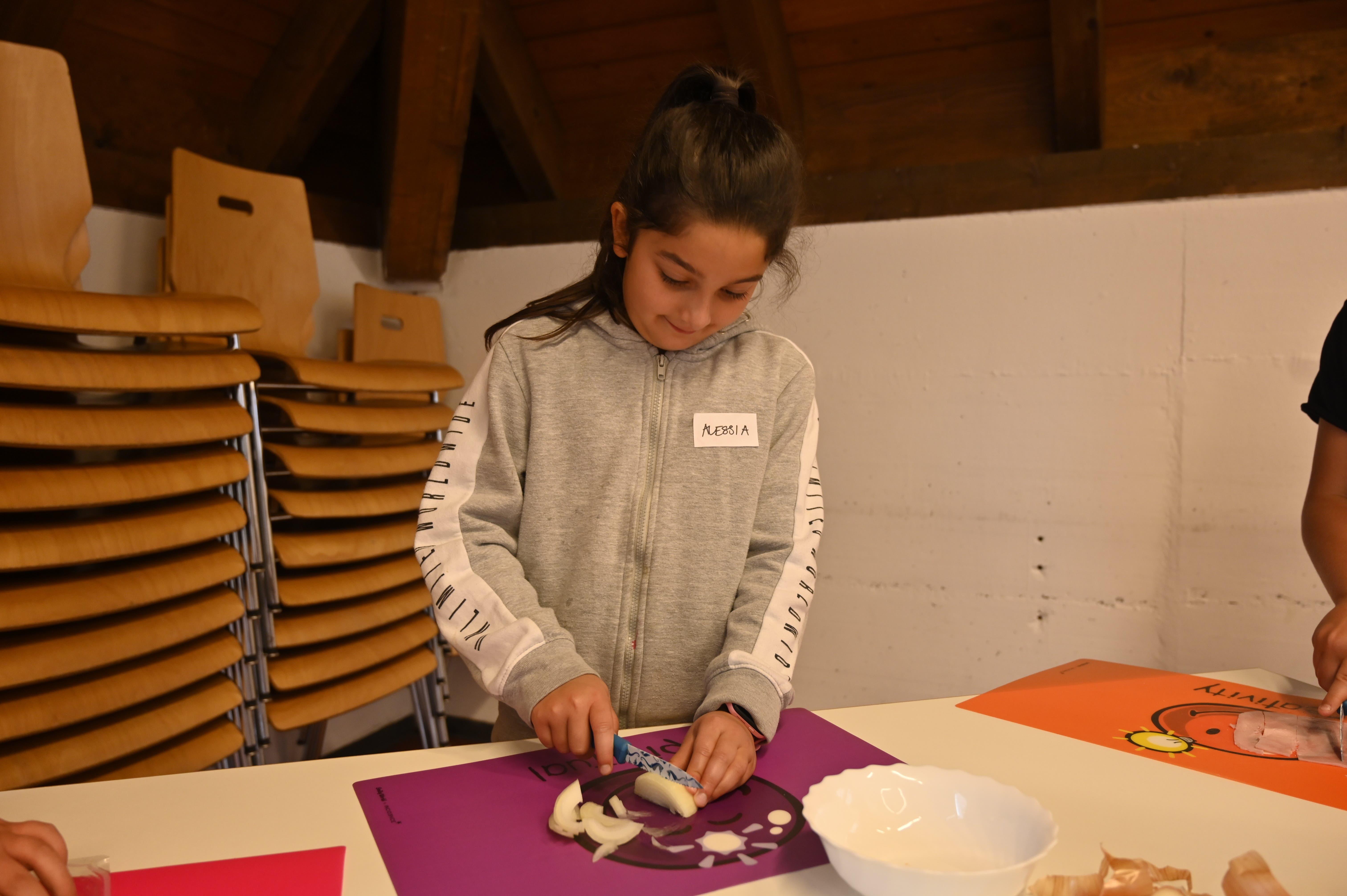 Alessia beim Zwiebel schneiden.