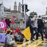 Die Stadtpolizei Zürich führt Demonstrierende auf der Rudolf-Brun-Brücke ab. (Keystone)