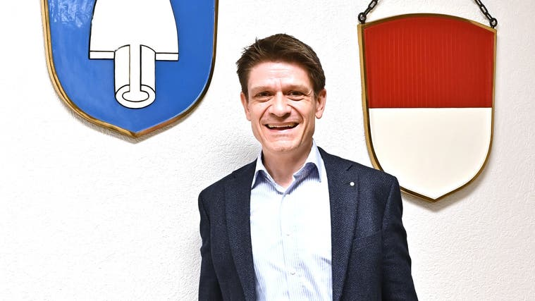 Gemeindepräsident Matthias Suter vor den Lok-Wappen im Gemeindehaus Gemeindeverwaltung Däniken (Bruno Kissling / Oltner Tagblatt)