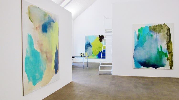Barbara Müller (Bilder an der Wand) und Stefan Gritsch (Objekt im Vordergrund) stellen im Kunstraum Medici aus. (zvg)