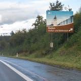 Zu wenig konkret: Die Autobahntafeln sollen Baden künftig als Kultur- und Bäderstadt repräsentieren. (Bild: Alex Spichale)