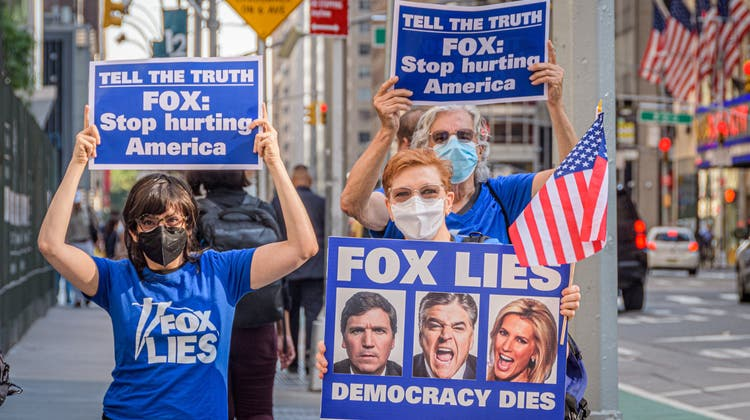 Fox News hat beides: viele Fans und viele Feinde. (Bild: Erik McGregor/Getty (Manhattan, 24. August 2021))