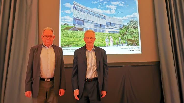 CS-Topmanager und Kunstsammler Urs Buchmann (r.) präsentierte die Pläne im Juni gemeinsam mit Gemeindeammann Peter Lenzin. (Fritz Thut / Lenzburger Bezirksanzeiger)