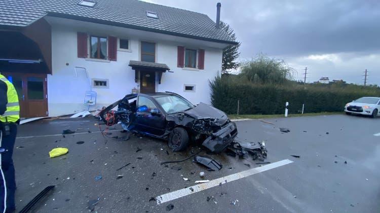 Der Fahrer wurde schwerverletzt ins Spital geflogen. (Kapo Aargau)