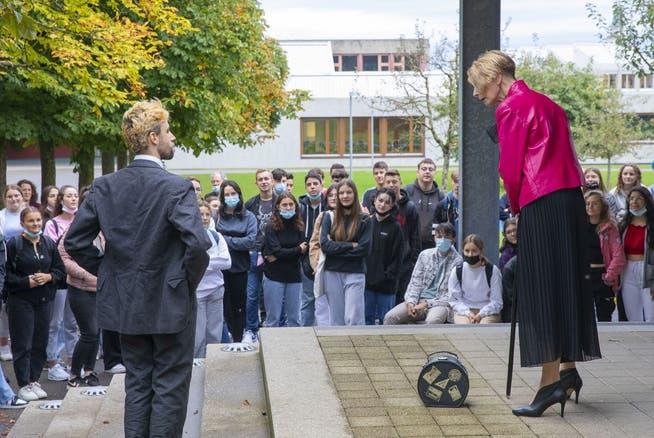 Der Campus der Kantonsschule Romanshorn wurde zur Bühne für Friedrich Dürrenmatts Stück «Der Besuch der alten Dame».