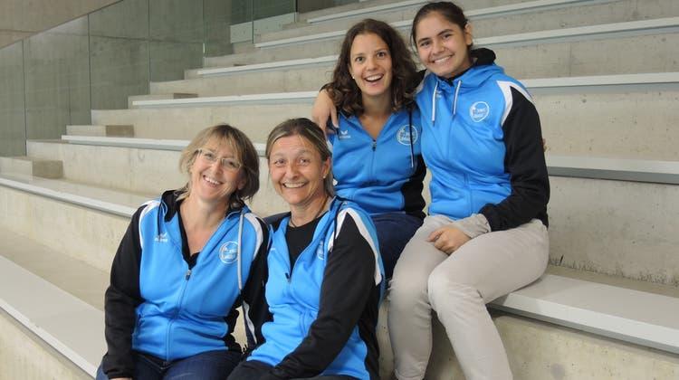 Marianne Baumgartner, Alexandra Kaiser (unten von links), Jeanine Pabst und Hanna Weder (oben von links) teilen die Leidenschaft für Volleyball. (Carla Honold)