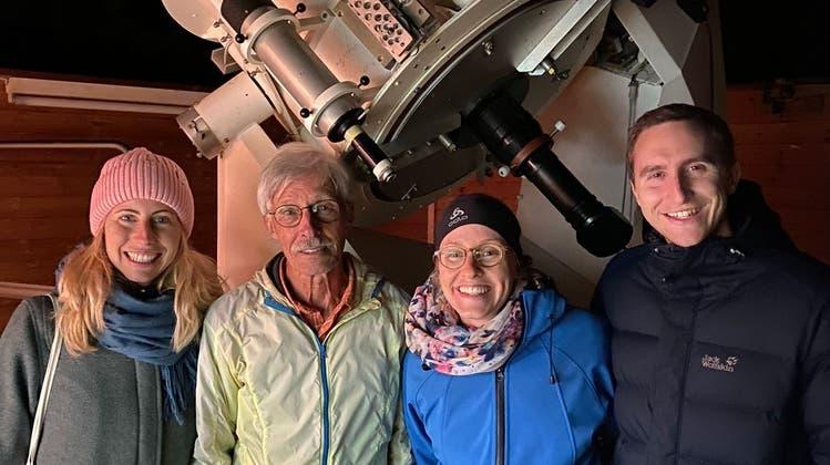 Hugo Blikisdorf (2. v. l.) mit Gästen vor dem Teleskop der SternwarteCheisacher. (Bild: zvg)