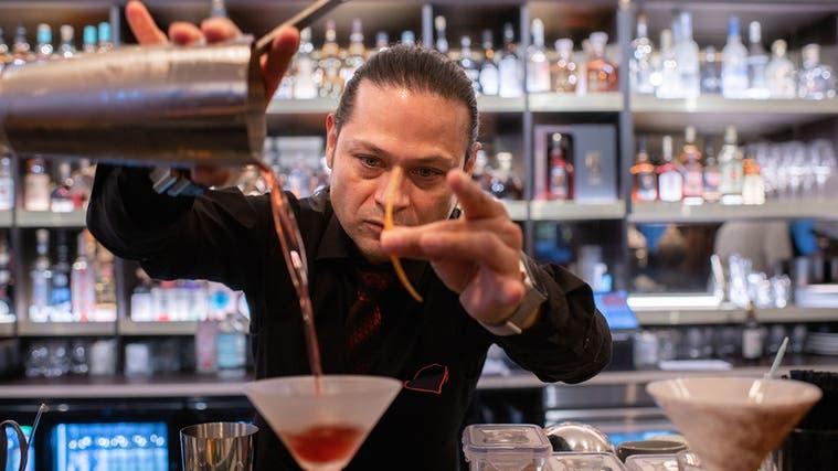 Chef Armando Archundia richtet im Soho in St.Gallen einen Drink her. (Bild: PD)