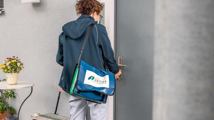 Spitex-Mitarbeiterin im Einsatz im Aargau: Heute gelten Maskenpflicht und Hygieneregeln, ein Covid-Zertifikat ist aber nicht obligatorisch. (Michael Kunz / ZVG)