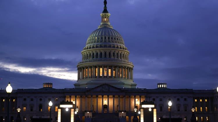 Die Lichter im Kapitol der Vereinigten Staaten in Washington bleiben an: Demokraten und Republikaner haben sich am Donnerstag auf eine temporäre Erhöhung der Schuldengrenze geeinigt. (J. Scott Applewhite / AP)