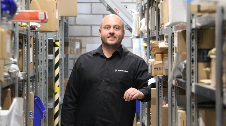 Simon Kühn, Inhaber von My Paketshop in Bad Säckingen, würde von den Steuerplänen in der Schweiz profitieren. (Dennis Kalt (20. März 2020))