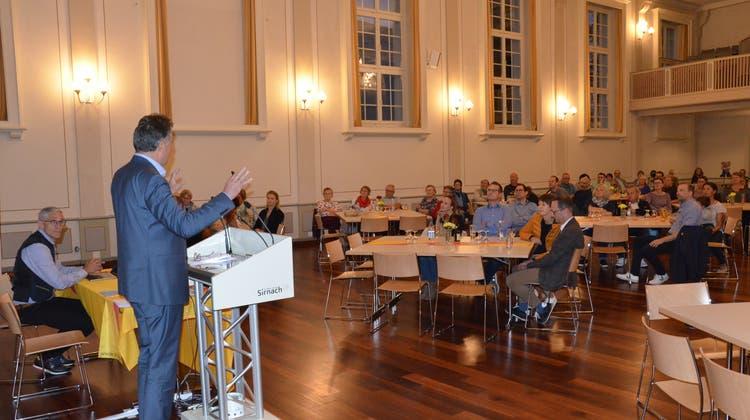 Der Sirnacher Gemeindepräsident Kurt Baumann spricht vor rund 60 Neuzuzügerinnen und Neuzuzügern. (Bild: Christoph Heer)