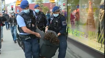 Mini-Blockade in Zürich:Polizei macht mit vier Klima-Aktivisten kurzen Prozess