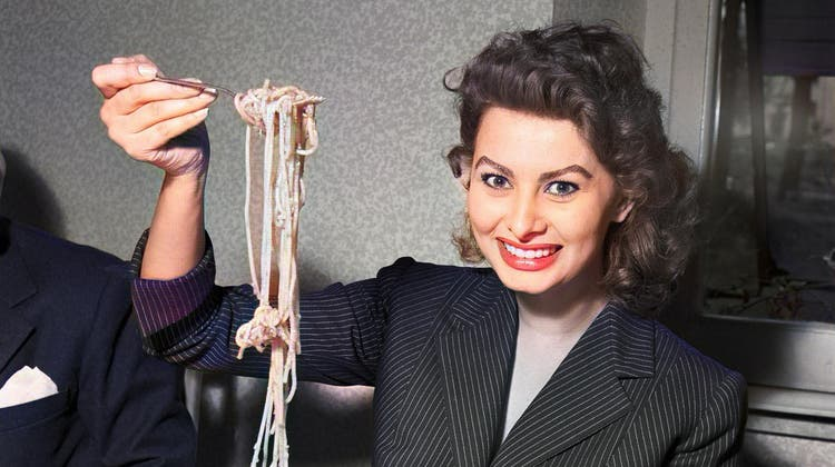 Ist die richtige Sauce dran? Filmstar Sophia Loren zeigt 1953, wie man eine Gabel Spaghetti nicht in den Mund bringt... (Bild: Franco Fedeli / Keystone (koloriert))