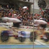 Ein begeistertes Publikum treibt den Schweizer Bahnvierer der Männer zur Höchstleistung an: die Schweizer wurden Vize-Europameister. (Andre Weyermann)