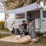 Xenia Stutz und Ronny Arnold vor ihrem Campervan. (Bild: PD)