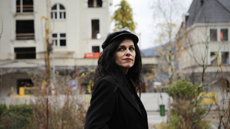 Silvia Götschi hat einen Krimi geschrieben, in welchem im Park Hotel Vitznau (im Hintergrund) ein Mord verübt wird.Fotografiert am 23. November 2010 in Vitznau(NeueLZ/Manuela Jans) (Manuela Jans  (neue Lz) / Neue Luzerner Zeitung)
